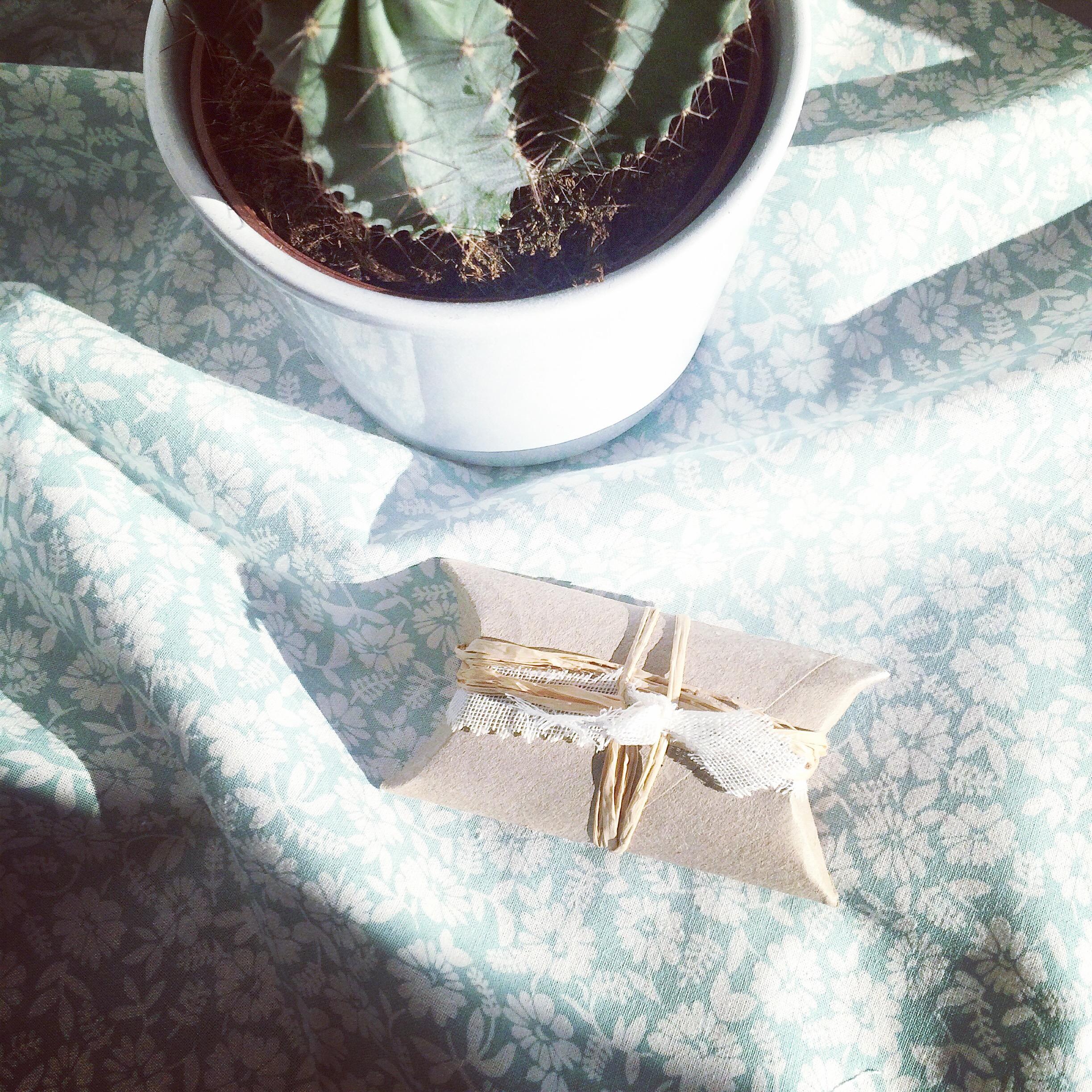 Comment emballer des cadeaux avec un rouleau #DIY